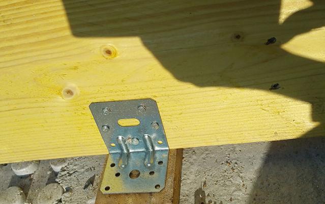 Fixation des pannes avec des équerres directement dans le béton