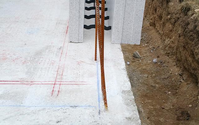 Ferrailles sortantes tous les 50 cm s'imbriquant avec les blocs