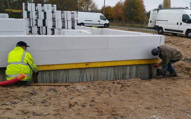 Installation des blocs sur tout le périmètre de la construction