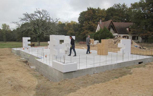 Installation des blocs coffrants en déport de dalle