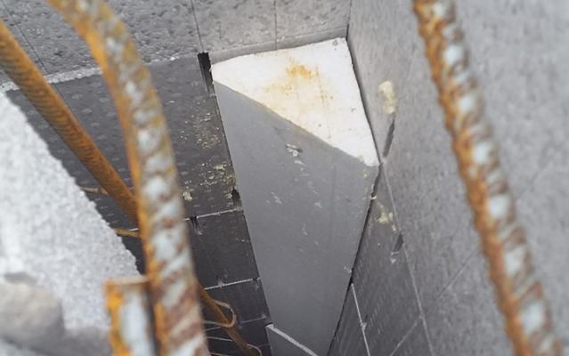 Installation de l'angle sur toute la hauteur de la construction LECOBLOC