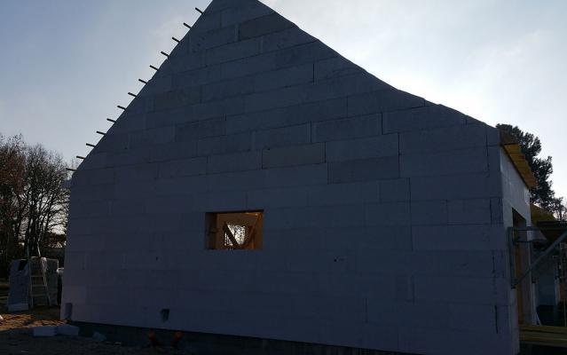 Découpe des blocs à la tronçonneuse ou au fil chaud pour la forme du toit